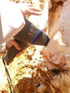 運び型分析機で岩盤を科学分析いている様子